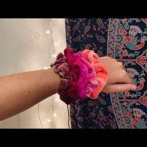 velvet scrunchie pack | pink